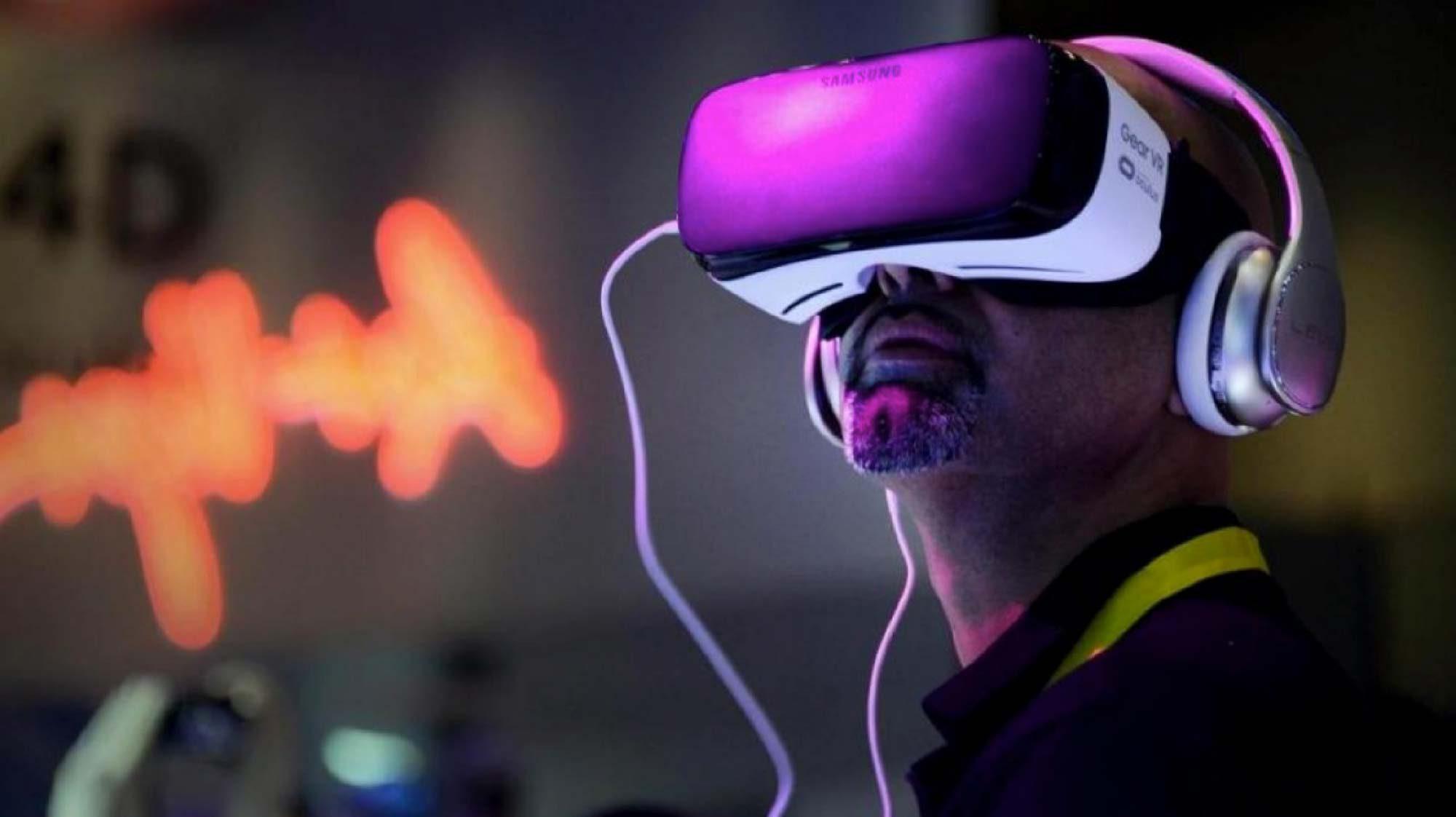 Foto de persona con visor de realidad aumentada